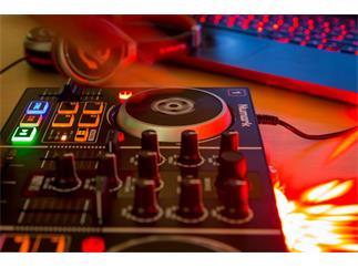 Numark Party Mix DJ Controller + Kopfhörer + Laptopständer SLT001E