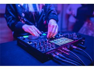 DENON DJ PRIME GO, 2-Deck wiederaufladbare Smart DJ-Konsole mit 7-Zoll Touchscreen